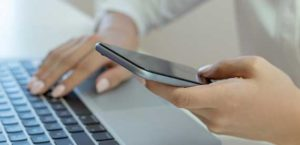 Smartphone und Laptop